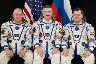Posádka Sojuzu TMA-01M (zleva:  Kelly, Kaleri, Skripočka)