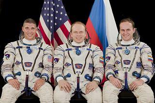 Posádka Sojuzu TMA-10M (zleva:  Hopkins, Kotov, Rjazanskij)