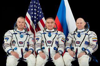 Posádka Sojuzu TMA-12M (zleva:  Swanson, Skvorcov, Artěmjev)