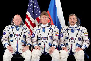 Posádka Sojuzu TMA-16M (zleva:  Kelly, Padalka, Kornijenko)
