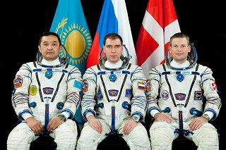 Posádka Sojuzu TMA-18M (zleva:  Aimbjetov, Volkov, Mogensen)