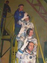 Poslední zamávání kosmonautů před nástupem do Sojuzu TMA-1 (30.10.2002)