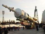 Vztyčování rakety Sojuz s lodí Sojuz TMA-1 na rampě na Bajkonuru (28.10.2002)