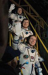 Posádka Sojuzu TMA-10 krátce před startem (07.04.2007)