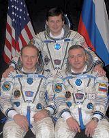 Posádka Sojuzu TMA-10 (zleva: Kotov, Simonyi, Jurčichin)