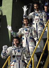Posádka Sojuzu TMA-11 krátce před startem (10.10.2007)