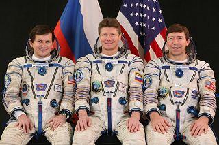 Posádka Sojuzu TMA-14 (zleva: Simonyi, Padalka, Barratt)