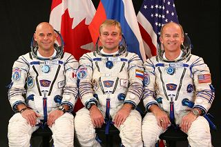 Posádka Sojuzu TMA-16 (zleva:  Laliberté, Surajev, Williams)