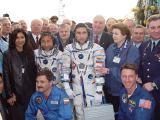 Posádka Sojuzu TMA-2 s rodinami a záložní posádkou krátce před startem (26.04.2003)