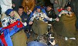 Šargin, Padalka a Fincke (zleva) po přistání na Zemi (24.10.2004)