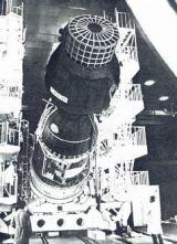 Předstartovní příprava lodi Sojuz 22 (vpředu nástavba pro kameru MKF-6)