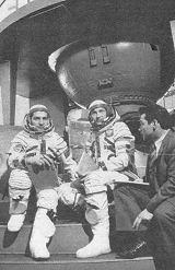 Mezinárodní posádka Sojuzu 30 při pozemní přípravě.