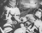 1) Valerij Bykovskij (vpravo) a Sigmund Jähn na palubě Sojuzu 31 v prvních hodinách letu