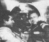 3) Okamžik přechodu V. Bykovského (druhý zprava) a S. Jähna (vpravo) na palubu družicové stanice Saljut 6