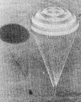 Sojuz 29 se blíží k závěrečné fázi přistání stabilizován na hlavním padáku - tedy již po oddělení brzdícího padáku a odhození tepelného štítu kabiny