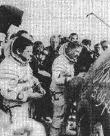 13) První kosmonaut NDR - státu, jehož občan díky sovětské technice pronikl do vesmíru - ukončil úspěšný let. Ještě autogram na vnější stěnu kosmické lodi...(L+K č.25/1978 str.999)