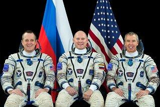 Posádka Sojuzu MS-08 (zleva: Arnold, Artěmjev, Feustel)