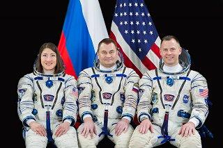 Posádka Sojuzu MS-12 (zleva: Koch[ová], Ovčinin, Hague)