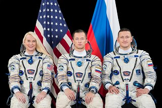Posádka Sojuzu MS-17 (zleva:  Rubinsová, Ryžikov, Kuď-Sverčkov)