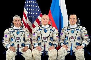 Posádka Sojuzu MS-18 (zleva: Vande Hei, Novickij, Dubrov)