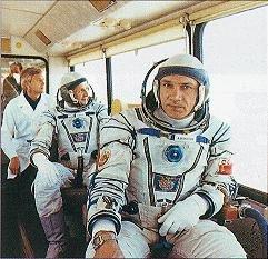 Džanibekov a Savynich na cestě k vypouštěcí rampě