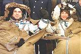 Bella a Padalka po přistání (28.02.1999)