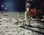 Aldrin u fólie na zachycování částeček slunečního větru (21.07.1969)