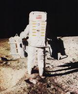 Buzz Aldrin, obtížen seismografem a laserovým odražečem, bezprostředně před instalací obou přístrojů (Foto na obálce L+K č.20/1969 - Snímek: N.Armstrong - NASA)