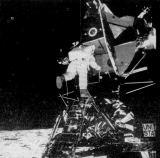 Druhým člověkem, který stanul na povrchu Měsíce, se stal Edwin Aldrin. Neil Armstrong ho zachytil v okamžiku, kdy začal sestupovat po žebříku