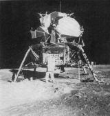 Přístroje obou hlavních vědeckých experimentů - pasivního seismometru a laserového odrážeče - byly uloženy ve spodní části měsíční sekce. Edwin Aldrin je odtud dopravoval na povrch jakousi lanovkou