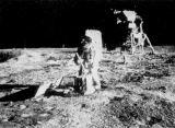 Při instalaci a justaci pasivního seismometru měl Edwin Aldrin trochu potíže