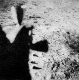 Dva vědecké přístroje zanechala posádka Apolla 11 na měsíčním povrchu - pasivní seismometr a laserový odrážeč. Na snímku jsou nahoře zhruba uprostřed obrázku, vpravo od trysek orientačního systému