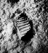 Podobných stop v prostředí, které Aldrin přirovnal k práškovému grafitu, zanechali kosmonauti na Měsíci desítky