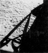 Poslední pohled na měsíční povrch, poznamenaný stopami prvních lidí, otevřeným průlezem měsíční sekce
