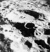 Po úspěšném startu z Měsíce pořídila posádka měsíční sekce ještě několik snímků odvrácené strany Měsíce. Tento zachycuje kráter č. 308 (podle Mezinárodní astronautické unie) s průměrem asi 80 km