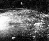 Ani Richardův fotoaparát nezahálel - zachytil nás, jak se vznášíme nad pustým povrchem Měsíce, plným malých i velkých kráterů a zlomů
