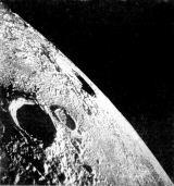 Zatímco Richard Gordon fotografoval z Yankee Cliperu krátery Reinhold a Koperník, připravovala se dole na Měsíci první vycházka