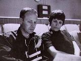 Gerard Carr seznamuje Mary Haiseovou se situací Apolla 13