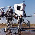 Shepard u zařízení pro nácvik přistání na Měsíci (LLTV)