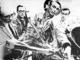Hned jak se vyskytly potíže s pevným spojením LM s CSM, musel na Zemi Cernan novinářům předvést vodicí mechanismus spojovacího zařízení