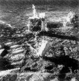 V popředí stojí raketový minomet aktivního seismického experimentu, v pozadí centrální stanice ALSEPu