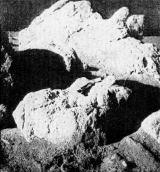 Skupina balvanů v balvanovém poli severovýchodně od LM. Jak je zvykem mezi geology, položili kosmonauti na balvan kladívko k porovnání velikosti. Délka násady je přibližně 35 cm
