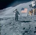 Scott salutuje u vlajky USA na Měsíci