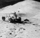 Poprvé u Hadleyovy brázdy. Za Irwinem se tyčí Hadley Delta s kráterem St. George na úbočí
