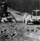 Za Irwinovou hlavou je vidět 5 km vzdálený kráter St. George