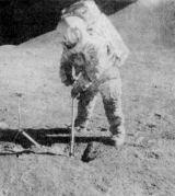 Irwin hloubí příkop pro odběr podpovrchového vzorku. Úpatí Mt. Hadley za jeho zády je asi 14 km daleko