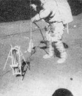 Scott zasunuje tyč s teploměry a topnými tělísky do vrtu