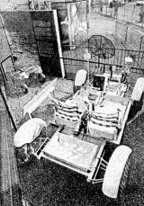 Rover vystavený r.1971 na 29. Ietecko-kosmickém salónu v Paříži (vlevo je vidět dvoukolák, jakého používala posádka Apolla 14)