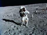 Young na Měsíci