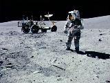 Young na Měsíci (v pozadí Rover)